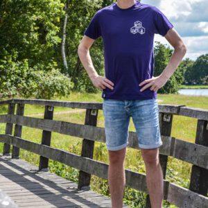 Thijs is 1.90 en draagt maat L